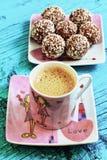 Tasse de café et des bonbons au chocolat sur un fond bleu Photographie stock