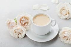 Tasse de café et fleurs roses de vintage pour bonjour sur la table en pierre grise Beau petit déjeuner le jour de mères ou de fem Photos libres de droits