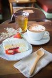 Tasse de café et fraise délicieuse de gâteau Photos stock