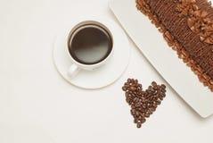 Tasse de café et gâteau de chocolat avec des grains de café Coeur Grains de café de coeur d'amour D'isolement Photos libres de droits