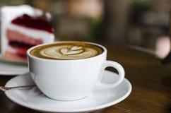 Tasse de café et gâteau crémeux photographie stock