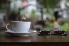 Tasse de café et gâteau crémeux photos libres de droits