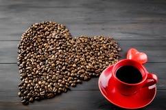 Tasse de café et grains de café Images stock
