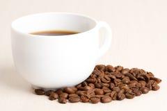 Tasse de café et grains de café sur la table en bois Photographie stock libre de droits