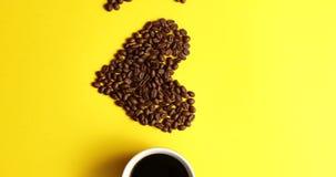 Tasse de café et de haricots bruns banque de vidéos