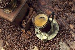 Tasse de café et haricots, vieille broyeur de café Photo stock