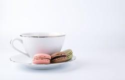 Tasse de café et macaron de gâteau sur le dessert de fond, doux et coloré blanc Image stock