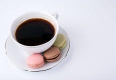 Tasse de café et macaron de gâteau sur le dessert de fond, doux et coloré blanc Photos stock