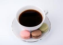 Tasse de café et macaron de gâteau sur le dessert de fond, doux et coloré blanc Images libres de droits
