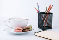 Tasse de café et macaron de gâteau sur le dessert de fond, doux et coloré blanc Photo stock