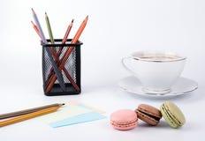 Tasse de café et macaron de gâteau sur le dessert de fond, doux et coloré blanc Photo libre de droits