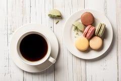 Tasse de café et de macarons d'un plat photographie stock libre de droits