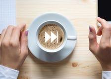 Tasse de café et de mains femelles dans des douilles blanches sur le fond en bois, vue supérieure, fin  Accélérez l'icône sur la  images stock