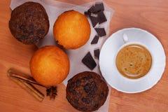 Tasse de café et de petits pains sur la table images libres de droits
