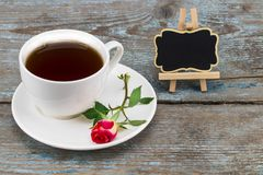 Tasse de café et rose de rouge avec le tableau noir avec l'espace vide pour a Photographie stock libre de droits