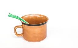 Tasse de café et sachets de café sur le fond blanc Images stock