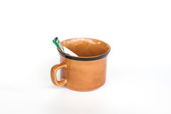 Tasse de café et sachets de café sur le fond blanc Photos libres de droits