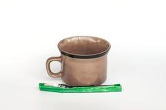 Tasse de café et sachets de café sur le fond blanc Image stock