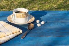 Tasse de café et shugar sur une table des conseils bleus Photographie stock