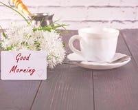 Tasse de café et un bouquet des fleurs blanches sur une table Images libres de droits