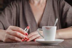 Tasse de café examiné avec la voie du rouge à lèvres rouge images stock