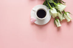 Tasse de café, fleurs de rose de blanc et coeur sur le fond rose dessus Image libre de droits
