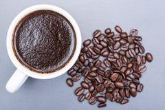 Tasse de café foncé moyen lisse organique turc de rôti de haricot brassé et entier de Sumatra sur la pierre naturelle photos libres de droits