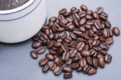 Tasse de café foncé moyen lisse organique turc de rôti de haricot brassé et entier de Sumatra sur la pierre naturelle photos stock