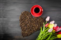 Tasse de café, grains de café et tulipes Photographie stock