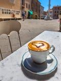 Tasse de café italienne à une terrasse de restaurant avec la vue de rue, Image stock