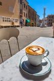 Tasse de café italienne à une terrasse de restaurant avec la vue de rue, Photos libres de droits