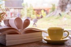 Tasse de café jaune plaçant ainsi que la magazine Photos stock