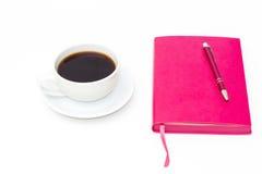 Tasse de café, journal intime rose et stylo sur un fond blanc Vue supérieure Photo libre de droits