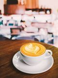 Tasse de café de Latte sur la table en bois en café images stock
