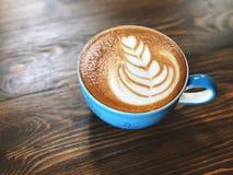 Tasse de café de matin, tasse de café d'art de latte sur la table en bois Photographie stock