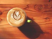 Tasse de café de matin, tasse de café d'art de latte sur le fond en bois Image libre de droits