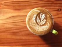 Tasse de café de matin, tasse de café d'art de latte sur le fond en bois Image stock
