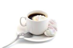 Tasse de café noir avec des guimauves avec une cuillère d'isolement sur un fond blanc Image stock