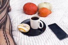 Tasse de café noir avec Donato avec le glaçage blanc et le stri jaune images stock