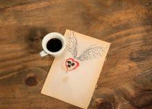 Tasse de café noir avec le coeur de grains de café avec des ailes dessinées au crayon Image libre de droits