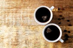 Tasse de café noir chaud avec des grains de café photo libre de droits