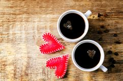 Tasse de café noir chaud avec des grains de café photos libres de droits