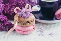 Tasse de café noir, de fleurs lilas et de macar français en pastel doux Image libre de droits