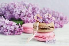 Tasse de café noir, de fleurs lilas et de macar français en pastel doux Photos libres de droits