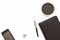 Tasse de café noir, des boutons de manchette, du téléphone et d'un planificateur noir de jour avec le stylo sur le fond blanc con Photo libre de droits