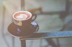 Tasse de café noir sur la table photo stock