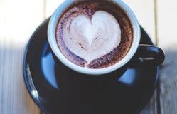 Tasse de café noir sur la table photographie stock