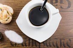Tasse de café noir sur la table en bois Photos libres de droits