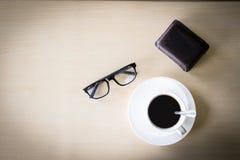 Tasse de café noir sur le fond en bois Photos libres de droits
