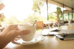 Tasse de café noir sur le fond en bois Photos stock
